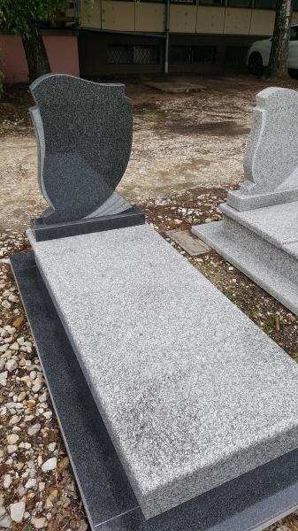 Sötét - világos szín összeállítású,végfedlapos szimpla gránit síremlék, borított járdával,