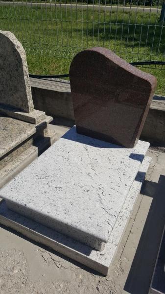 Sötét vörös - világos színkombinációjú urna síremlék, borított járdával, rátett nekitolós fedlappal, fazonos vastag emlékkel.130.000 Ft *
