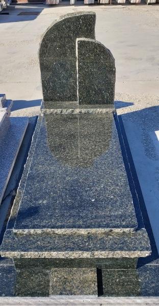 Verde Bahia egyedi sprengelt szimpla gránit síremlék, borított járdával, két emlékrésszel, 5 cm vastag ráültetett fedlappal - keretborítással.AKCIÓS SÍRKŐ