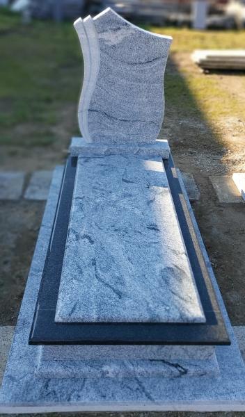 Világos - sötét szín összeállítású különleges gránit szimpla sírkő, ráültetett fedlappal, borított járdával, egyszerű fazonos emlékkel.AKCIÓS SÍRKŐ