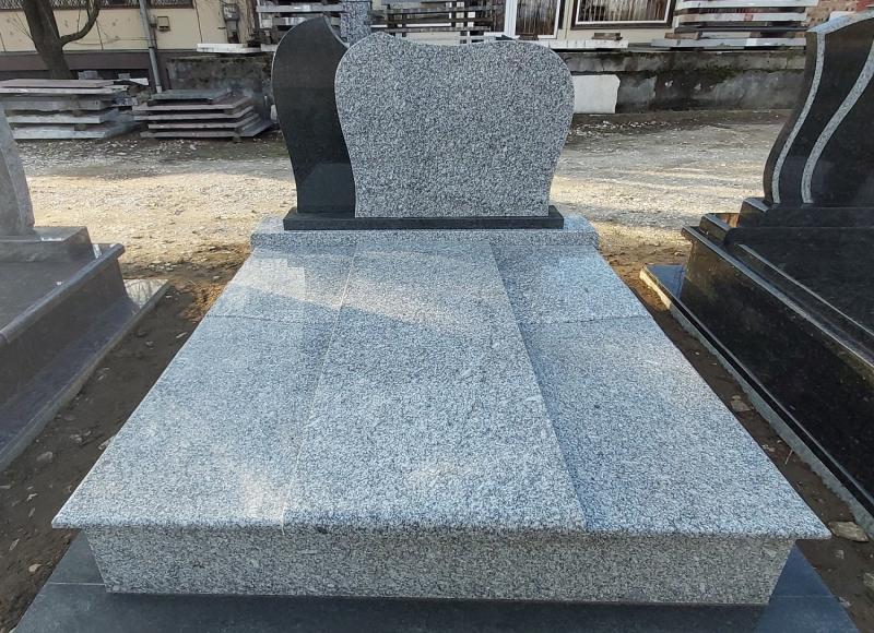 Gyömrői kirakati sírkövek