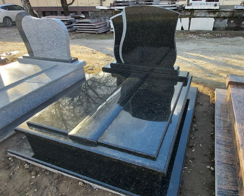 Verde Bahia Exkluzív dupla gránit síremlék,középső fedlapján íves gömbölyítéssel, fazonos emlékkel, borított járdával.AKCIÓS SÍRKŐ