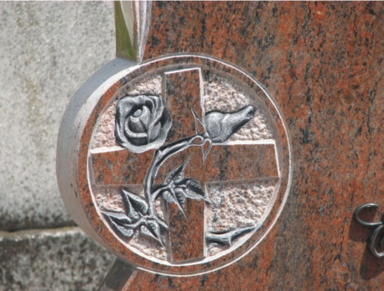 Multicolor gránit dupla sírkő, emlékrészen faragott rózsa-kereszt mintával