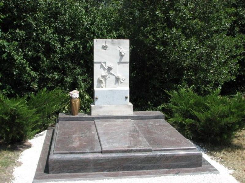 Paradiso gránit dupla síremlék Carrarai márvány emlékkel