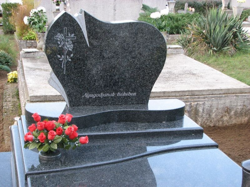 Nero Impala dupla gránit sírkő íves lépcsővel, orchidea emlékkel