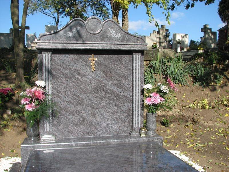 Vizag Blue gránit dupla sírkő kapiteles emlékkel, mart oszlopokkal