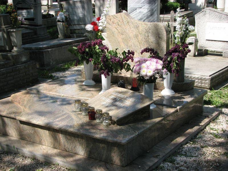 Juparana Columbo Gold gránit dupla sírkő, a fedlapon párnakő elhelyezéssel