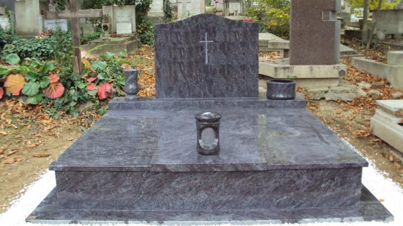 Vizag Blue dupla gránit síremlék, az emlék mellett esztergált váza, esztergált ültetőtál, a fedlapon pedig esztergált mécsestartó