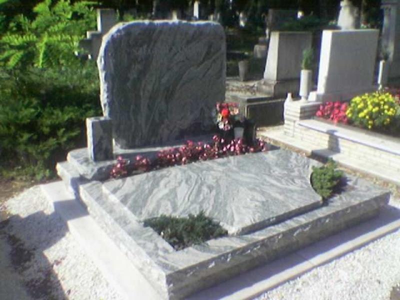 Verde Marinadupla sírkő, sprengelt élképzéssel,két oldali kis ültetővel