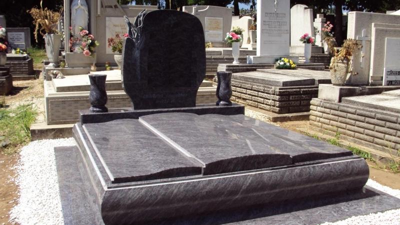 Vizag Blue gránit dupla síremlék, faragott kála virág emlékkel