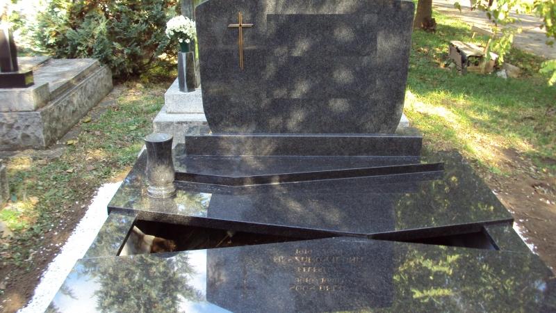 Nero Impala dupla gránit sírkő, a fedlapja két részből összeállított, két kis ültetőnyítással