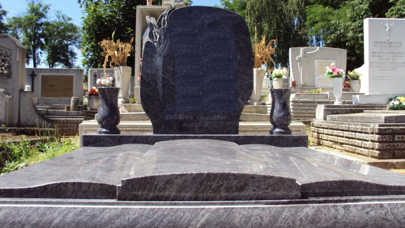 Vizag Blue gránit dupla síremlék, mart fedlapokkal, hozzá illő esztergált vázákkal