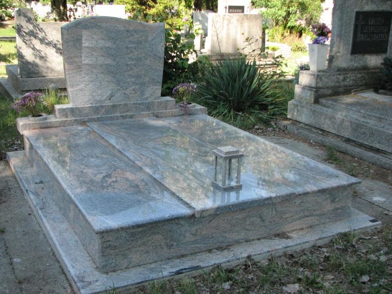 Juparana India gránit dupla sírkő hagyományos 3-as lefedéssel, húzott-zászlós emlékkel, süllyesztett vázákkal és szögletes mécsestartóval