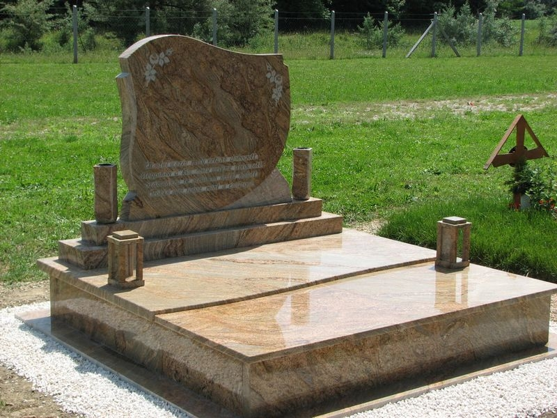 Juparana Columbo Gold gránit dupla sírkő tulipános fazonú emlékkel, osztott hullám fedlappal