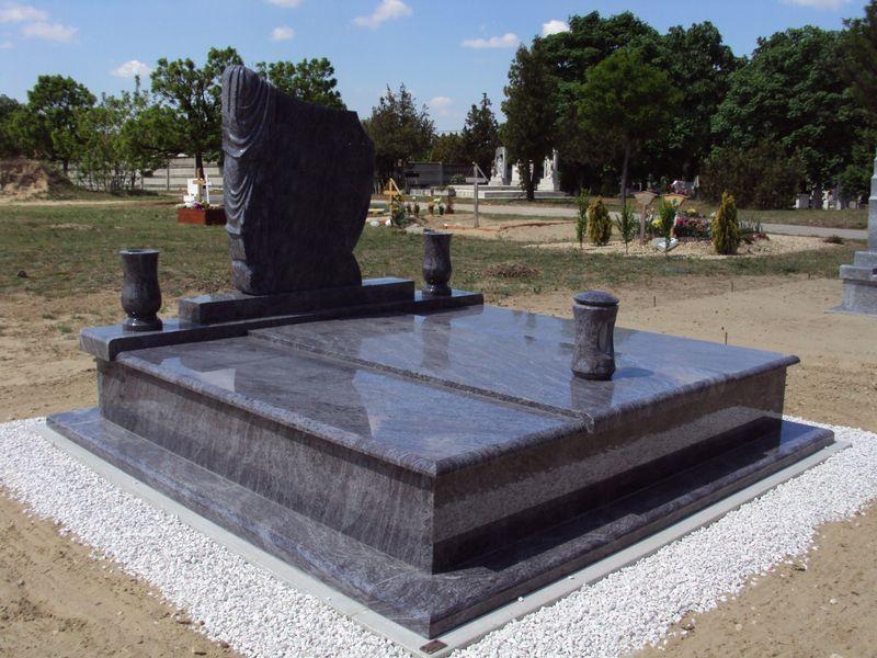 Vizag Blue gránit dupla sírkő, hagyományos hármas lefedéssel, leples emlékkel, esztergált vázákkal és mécsestartóval