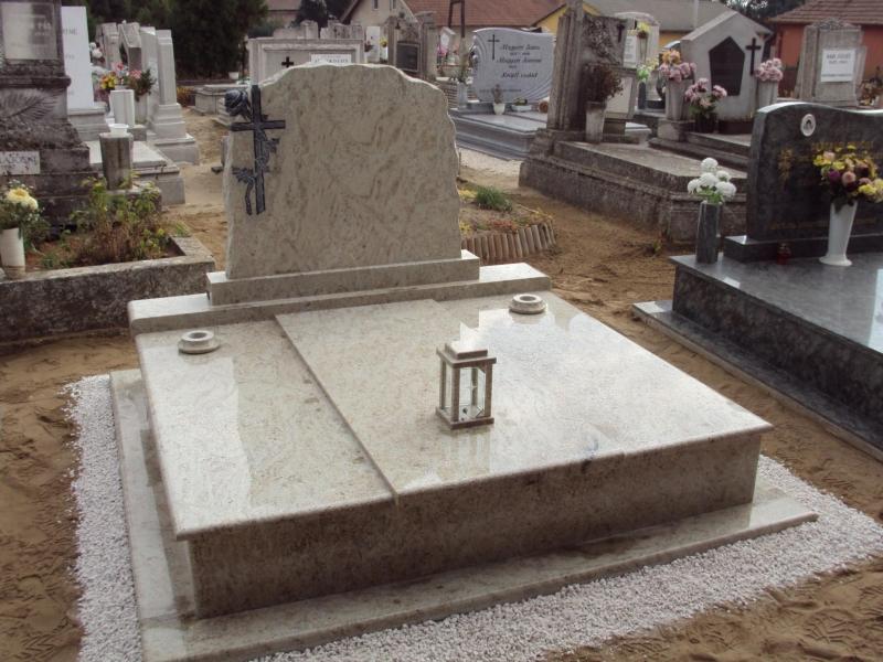 Ivory Fantasy dupla gránit sírkő, hármas lefedéssel, süllyesztett vázákkal és mécsestartóval