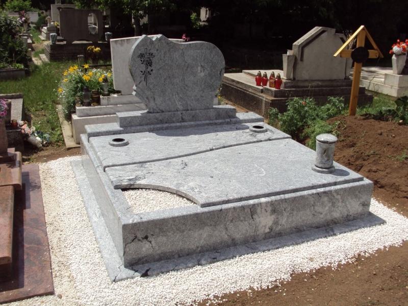 Viscont White dupla fedett gránit síremlék, 10 cm vastag gömbölyített kerettel, zászlós fedlapokkal, íves ültetőrésszel