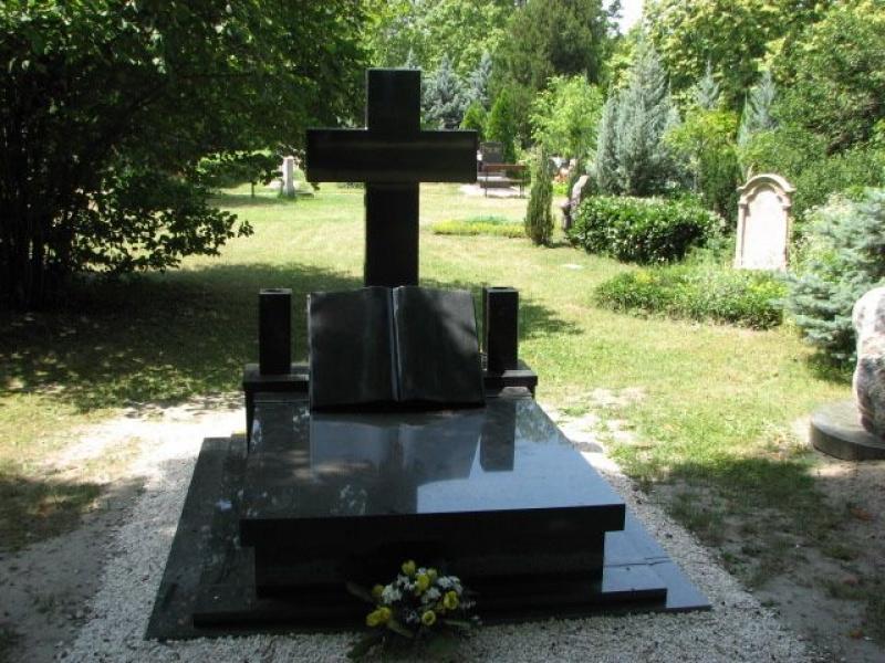 Nero Zimbabwe gránit dupla sírkő, kereszt emlékkel és könyvvel