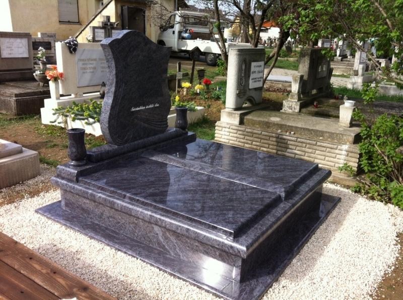 Vizag Blue kisdupla gránit síremlék, gömbölyített vagtag keretborítással, dongás középfedlappal, kifényezett csigamintás emlékkel, borított járdával