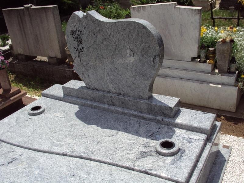 Viscont White gránit emlékrész, íves fedlapján gömbölyített süllyesztett vázákkal