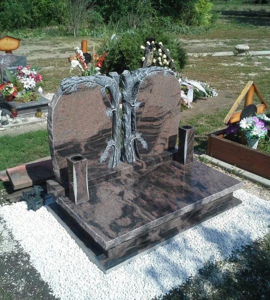 Aurora India egyedi dupla gránit urna síremlék, faragott fatörzses, dupla emlékrésszel, vastag teli fedlappal, sprengelt élképzéssel