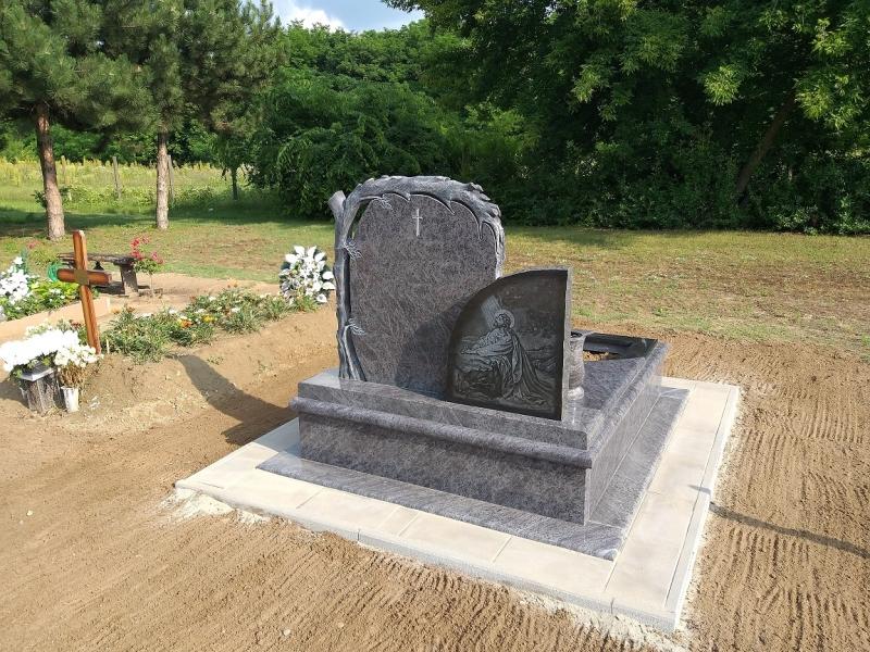 Faragott fatörzses és teljes felületen gravírozott dupla emlékrészes egyedi gránit sírkő, gömbölyített borítással