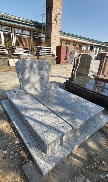 Rosa Beta kisdupla gránit síremlék, borított járdával, hagyományos hármas lefedéssel, fazonos emlékkel.AKCIÓS SÍRKŐ