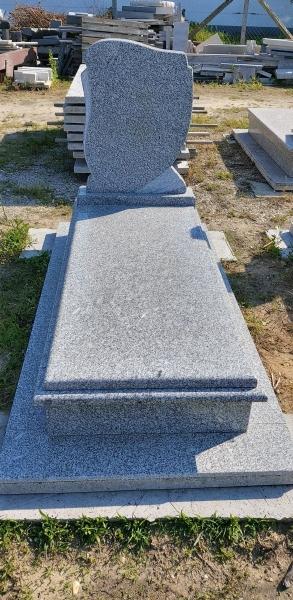 Azul Tragal gránit szimpla sírkő, borított járdával, keretborítással, ráültetett fedlappal.