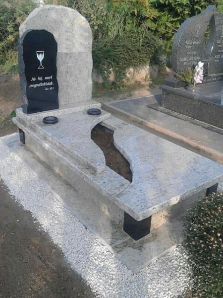 Giallo és Nero Zimbabwe színösszeállítású, részben nyitott egyedi síremlék tört élképzéssel, dupla emlékkel, süllyesztett vázákkal és sarokdíszekkel