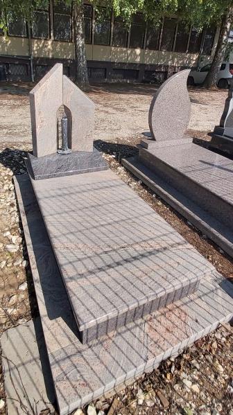 Juparana Colombo, gránit szimplafedett síremlék, Paradiso lépcsővel, teli fedlappal, emlékrészek között, különleges faragott gyertyával.AKCIÓS SÍRKŐ