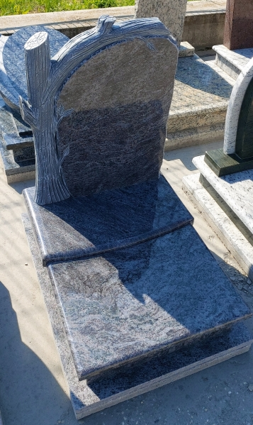 Vizag Blue fedett gránit urna síremlék, borított járdával,sprengelt faragott fás vastag emlékkel.AKCIÓS SÍRKŐ