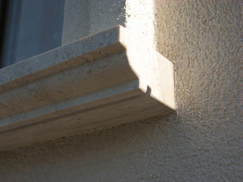 Brecchia Sarda mészkő könyöklő faragott profillal