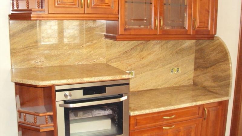 Colonial Gold gránit konyhapult eltolt elrendezésben