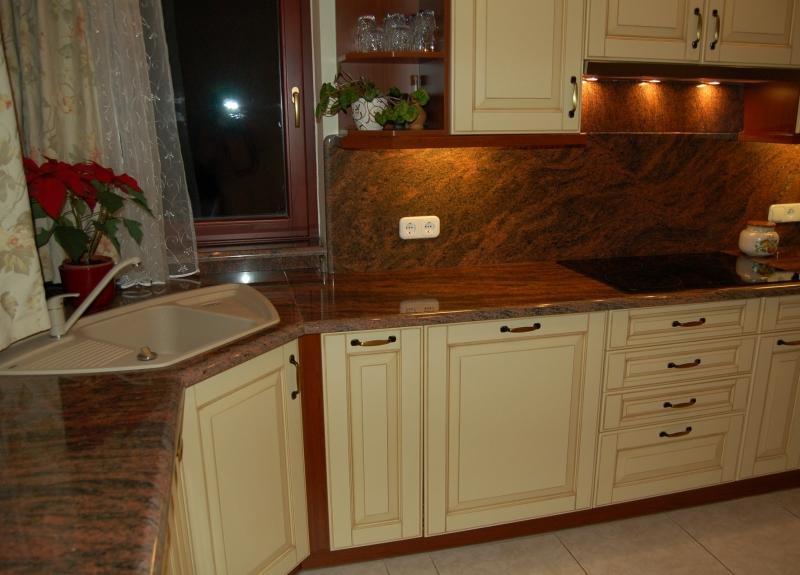 Vanília színű konyhabútor vörös, látványos mintázatú Multicolor gránit pulttal és hátfallal