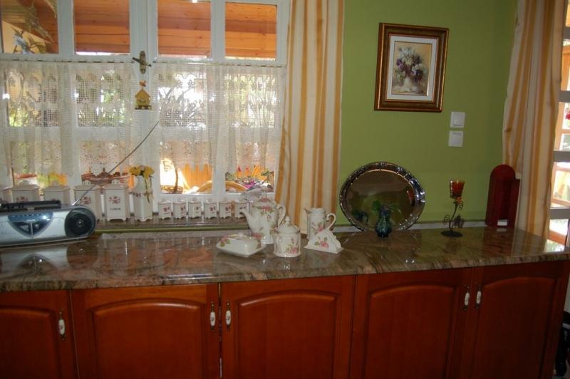Juparana Columbo Gold rajzolatos gránit konyhapult cseresznye bútorfronttal
