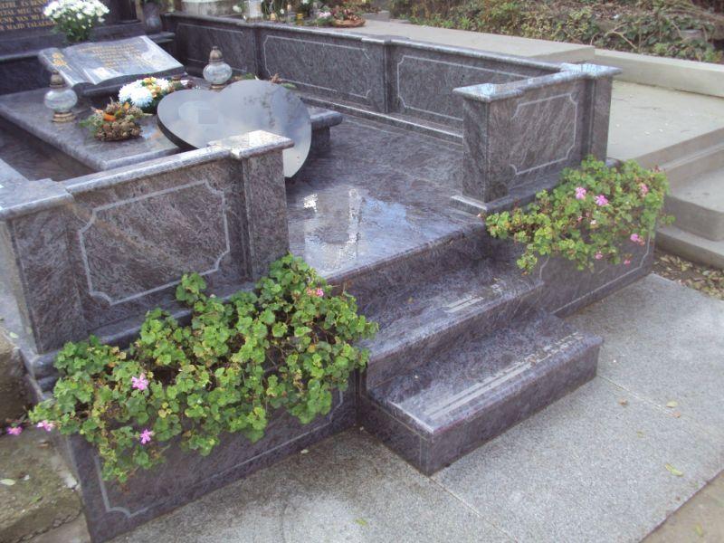 Vizag Blue gránit kripta lépcsőfeljárója és gránitból készült virágládák