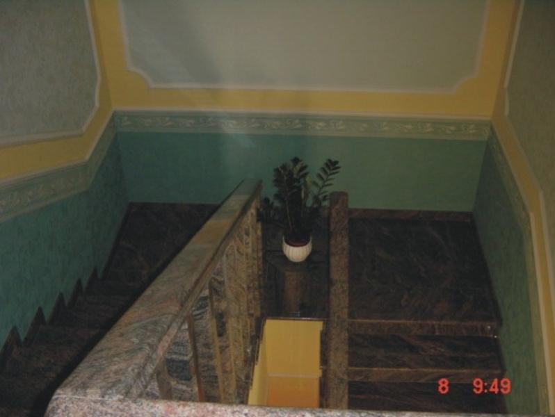 Kinava Classico gránit lépcsőburkolat, baluszteres gránit korláttal és kapaszkodóval