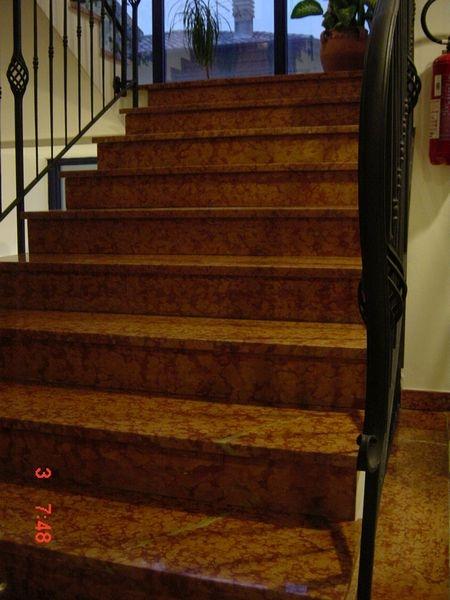 Rosso Verona mészkő lépcső burkolat és padlóburkolat, kovácsoltvas korláttal