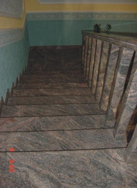 Látványos erezetű Kinava Classico gránit lépcső burkolat