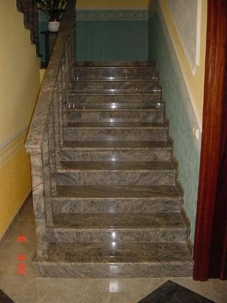 Kinava Classico gránit lépcső, ugyanilyen anyagból készült korláttal és kapaszkodóval