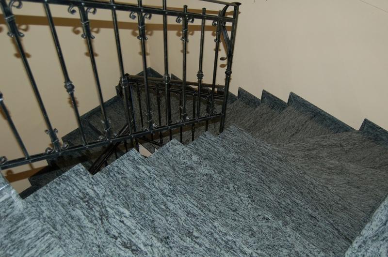 Travertinre vágott Olive Green gránit lépcső burkolat kovácsoltvas korláttal