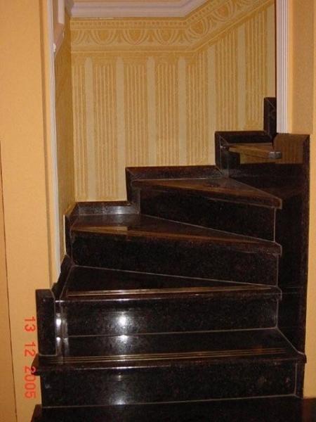 Tan Brown beltéri gránit lépcsőburkolat réz csúszásgátlóval, gránit szegéllyel