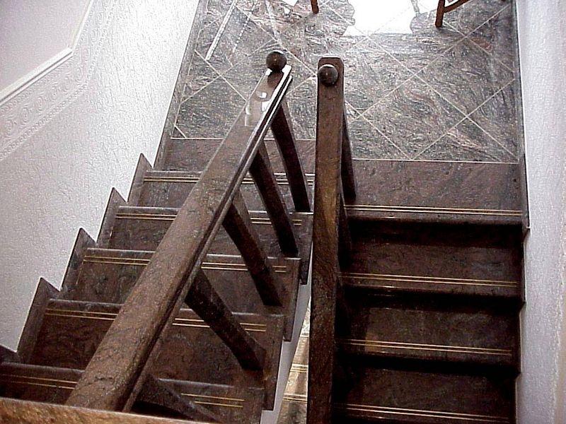Paradiso Classico gránit lépcső réz csúszásgátlóval,gránit baluszteres korláttal és fogodzóval, gömb dísszel, egyedi méretre gyártott Kinava Classico gránit pihenővel