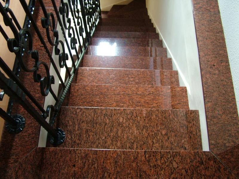 Rosso Vanga gránit beltéri lépcső burkolat és szegély