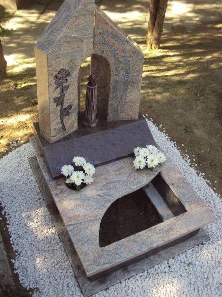 Juparana India / Paradiso gránit urna síremlék, faragott rózsával, a két emlék között faragott gyertya, a fedlapon íves ültetőrész
