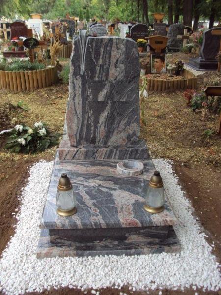 Juparana Tropical gránit urna sírkő, faragott virágos emlékkel, fedlapján vázakarikával