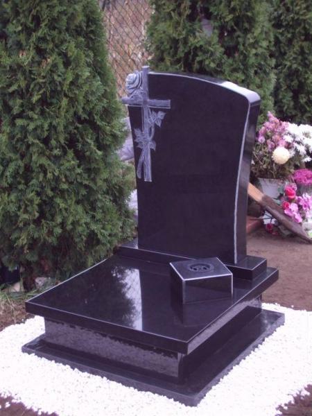 Nero Zimbabwe urna gránit síremlék, faragott rózsás-keresztes emlékkel, szögletes süllyesztett vázával