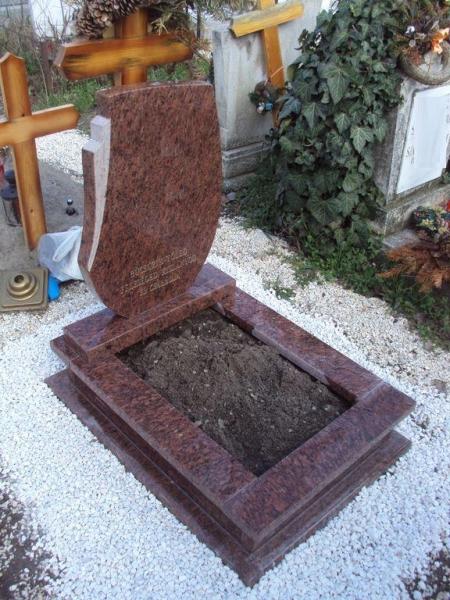 Rosso Vanga nyitott gránit síremlék
