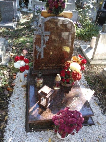 Rosso Vanga gránit urna síremlék, faragott keresztes-rózsás emlékkel, süllyesztett vázakarikával és hagyományos mécsestartóval