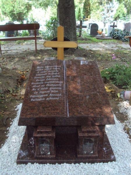 Rosso Vanga gránit urna síremlék, nyitott könyv emlékkel és két szögletes mécsestartóval